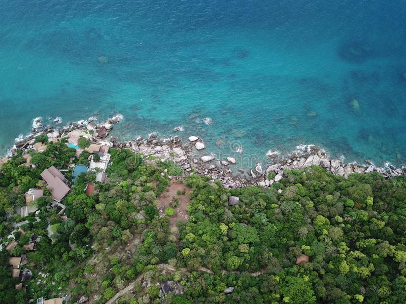 Acqua di mare di immagine dell'angolo alto chiara per l'immersione alla costa di Koh Nang Yuan in Surat Thani, Tailandia immagine stock