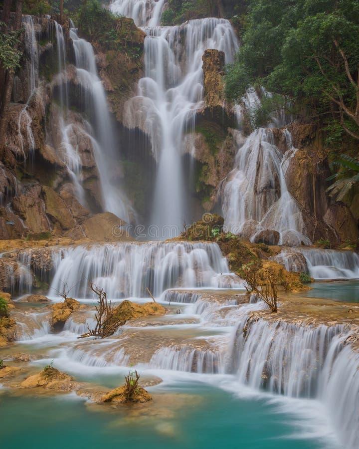 Acqua di minerali blu del ith della cascata di Kuang Si nel prov di Luang Prabang immagine stock