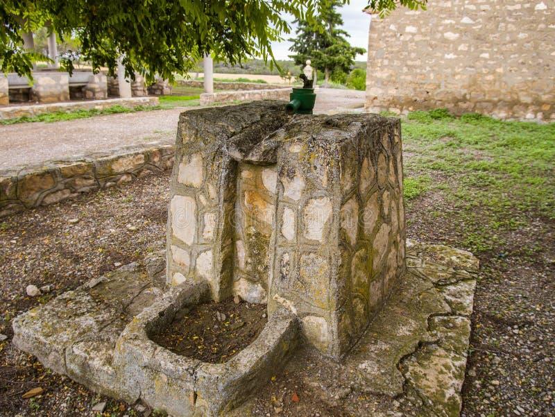 Acqua di pompaggio della vecchia fontana fotografia stock libera da diritti