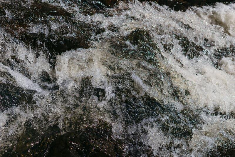 Acqua di ribollimento nella corrente con schiuma fotografia stock libera da diritti