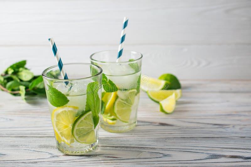 Acqua di rinfresco organica sana della disintossicazione di estate con il limone, la limetta e la menta immagine stock libera da diritti
