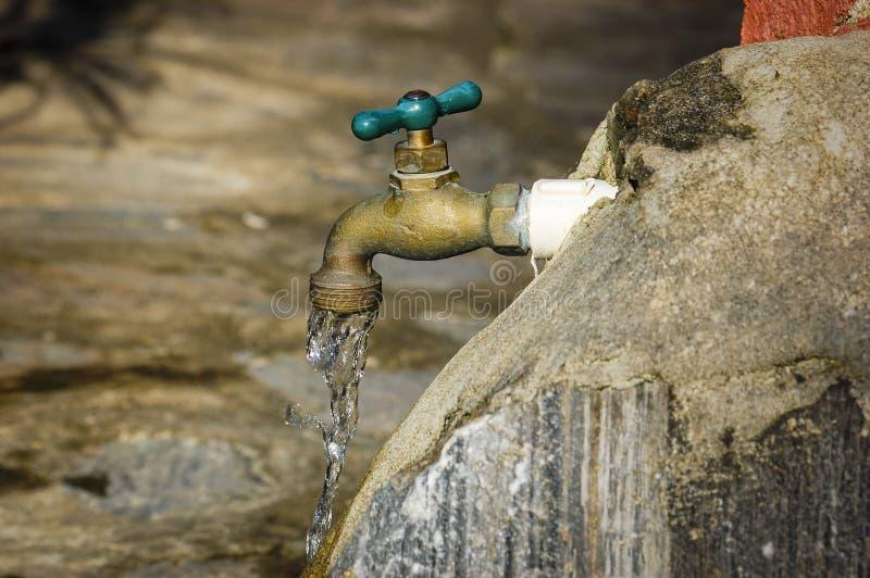 Acqua di rubinetto all'aperto fotografia stock libera da diritti