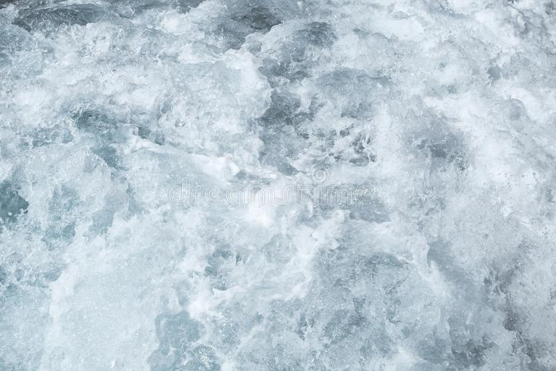 Acqua di superficie di mare agitato, superficie blu dell'acqua di struttura della schiuma dell'onda del mare dietro dell'imbarcaz fotografia stock