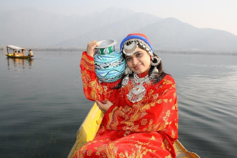 Acqua di trasporto della ragazza natale dell'India sul POT blu di colore immagine stock libera da diritti