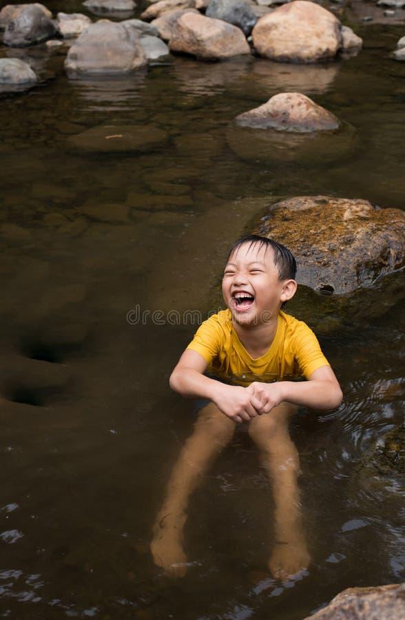 Acqua divertente del gioco del ragazzo asiatico fotografia stock