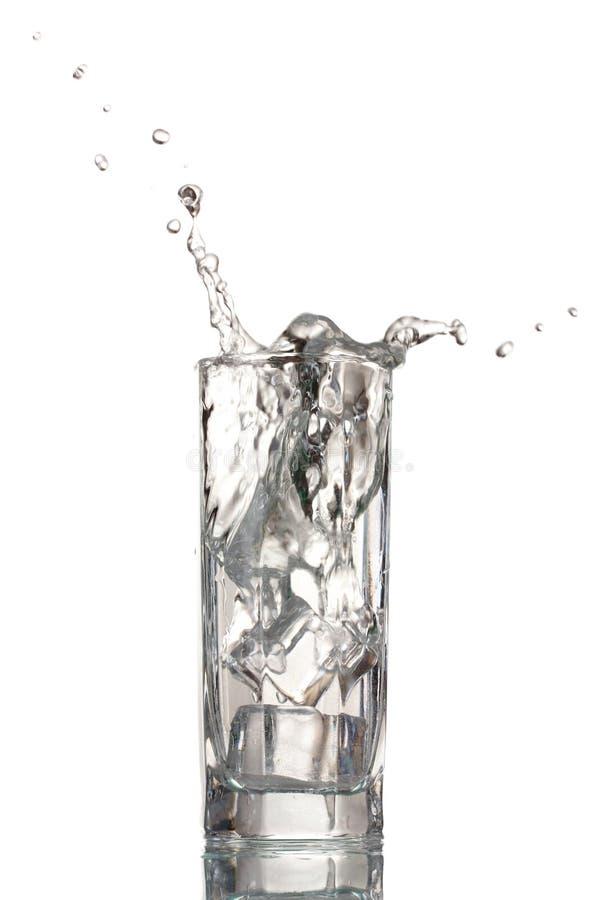 Acqua dolce in vetro con i cubi di ghiaccio immagine stock