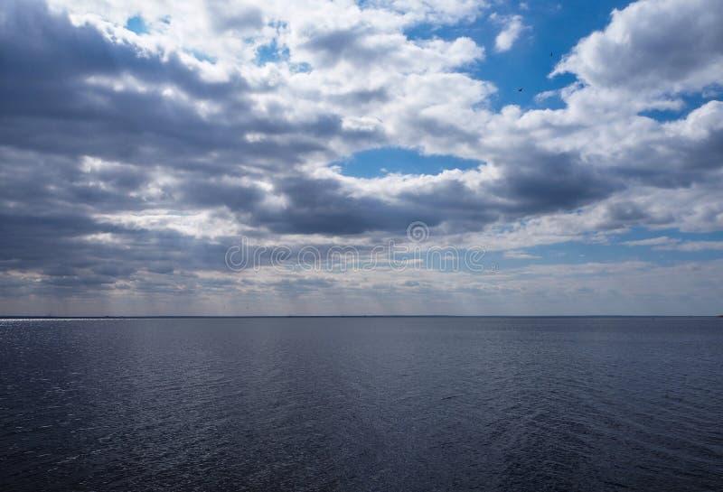 Acqua e cielo blu dell'oceano immagini stock libere da diritti