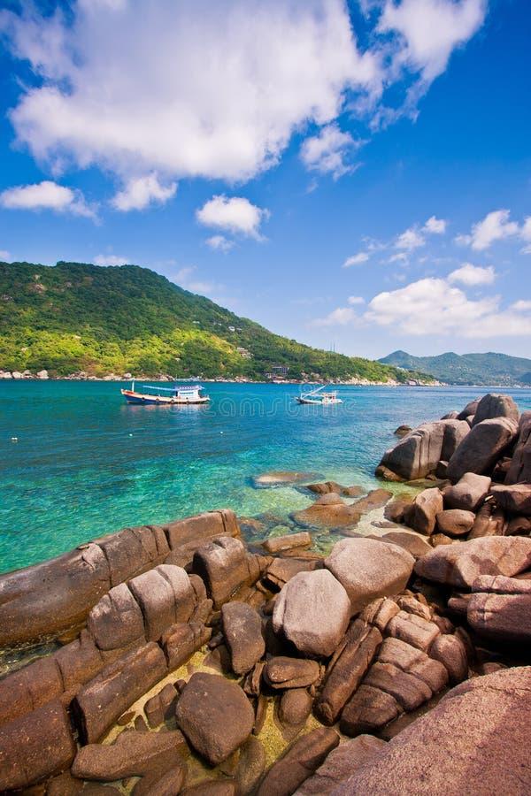 Acqua e cielo blu di mare la montagna e della roccia e del turchese verdi di bellezza è paradiso in KOH tao Tailandia fotografia stock