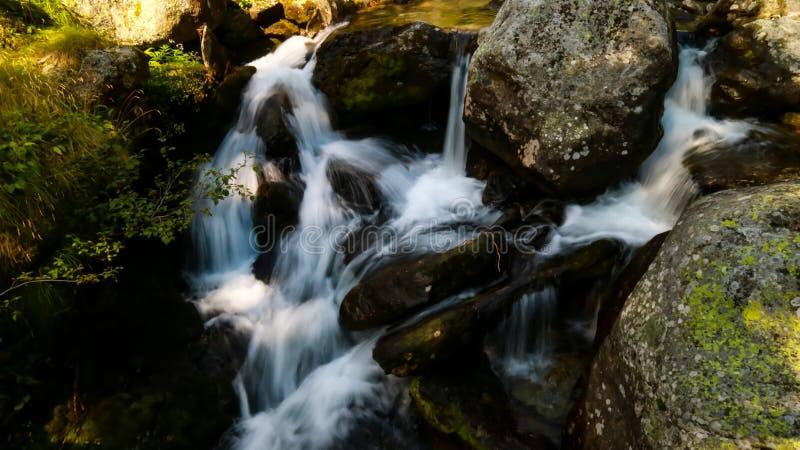 Acqua e pietra di seta immagini stock