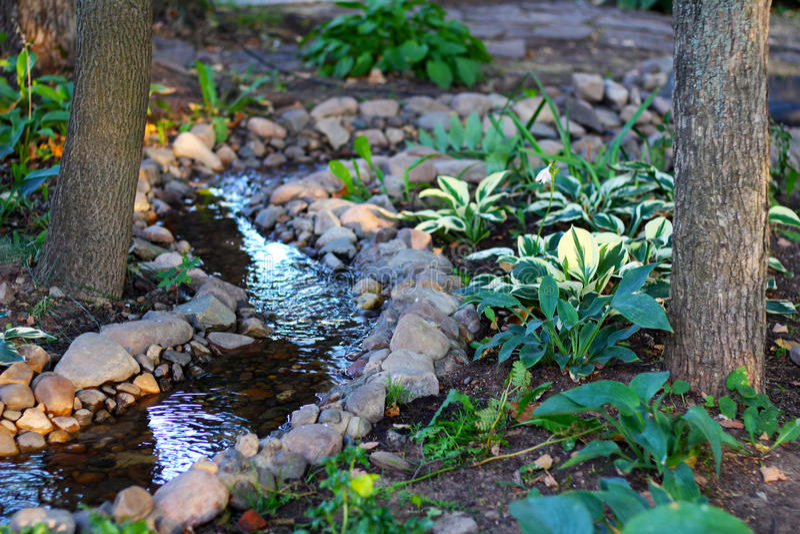 Acqua e pietre nel parco immagine stock libera da diritti