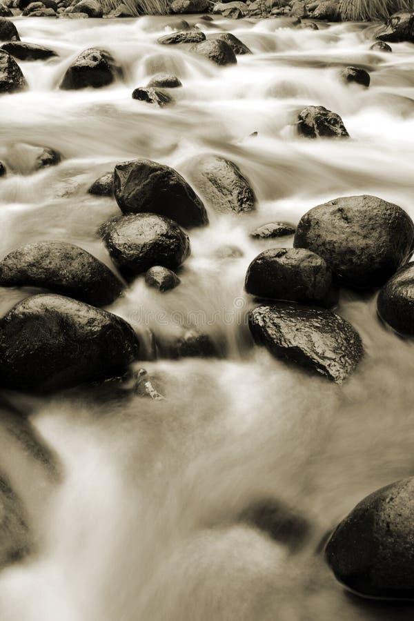 Acqua e rocce immagine stock