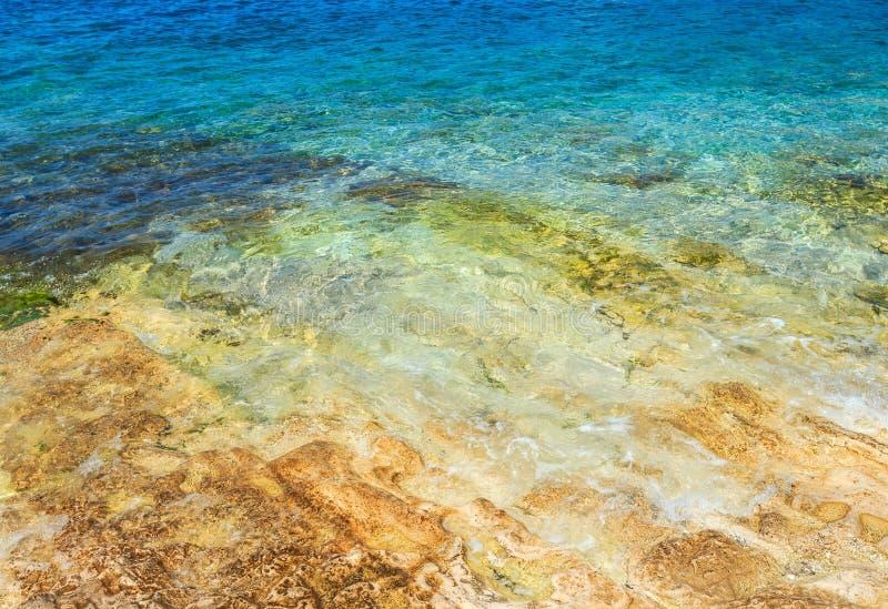 Download Acqua e roccia di mare blu fotografia stock. Immagine di riflessione - 56879512