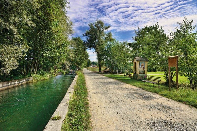 Acqua e strada nella campagna canavese fotografia stock