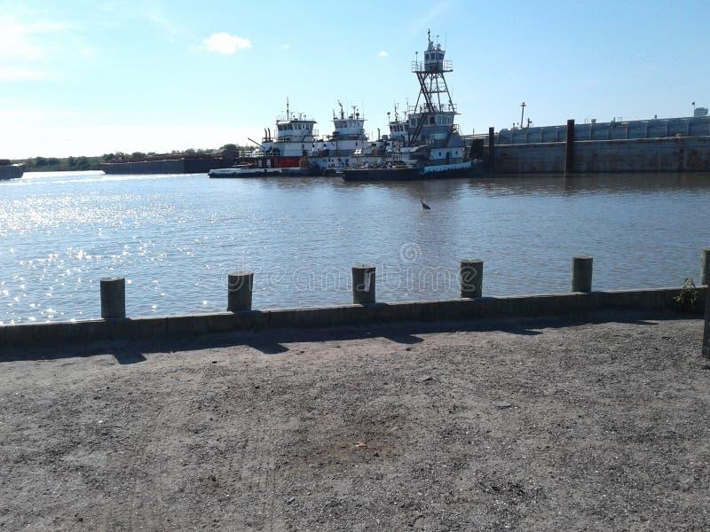Acqua e towboats e chiatte fotografia stock libera da diritti