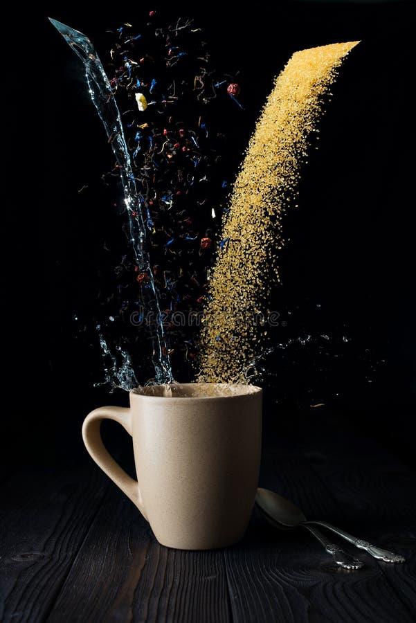 Acqua e zucchero asciutti del tè immagine stock