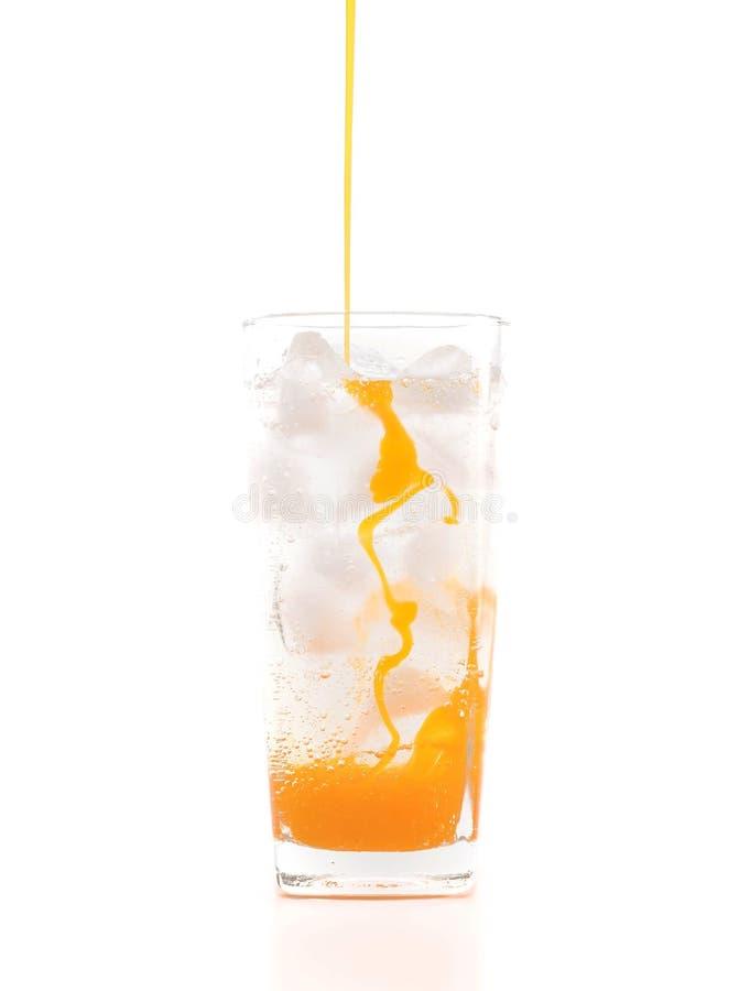 acqua gassata fresca e ghiacciata in vetro immagine stock libera da diritti