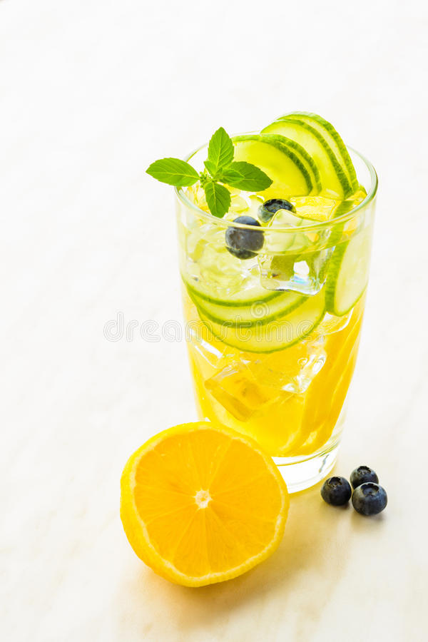 Acqua ghiacciata della disintossicazione con il cetriolo ed il limone fotografie stock