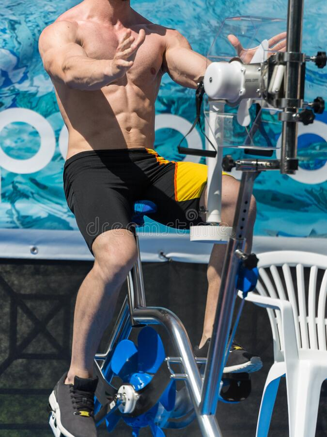 Acqua Gym: Istruttore di aerobica e di idoneità di fronte a un gruppo di persone che svolgono esercitazioni con Bike nell'ambito  fotografie stock