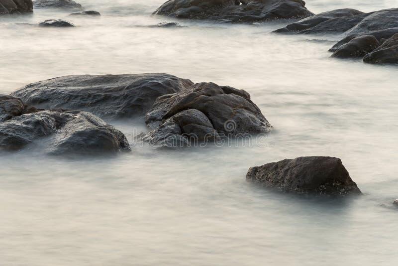 Acqua nel mare con il explosure lungo fotografie stock