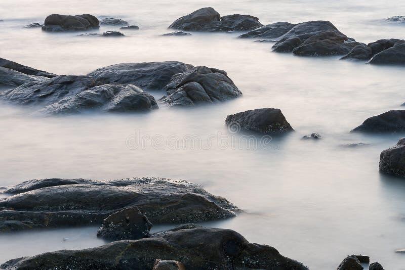 Acqua nel mare con il explosure lungo fotografia stock