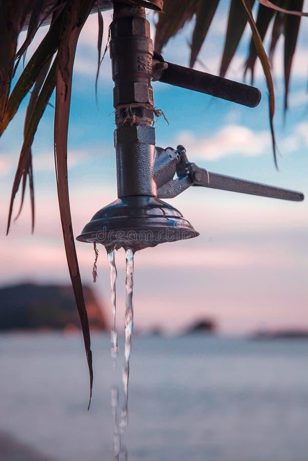 Acqua nella doccia della spiaggia immagini stock