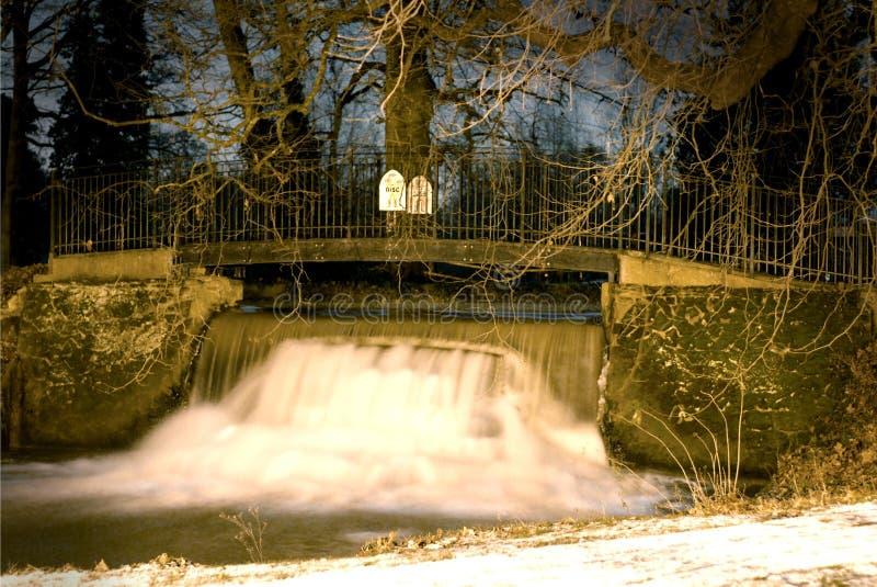 Acqua nuvolosa sopra lo scorrimento rapido del fiume fotografia stock
