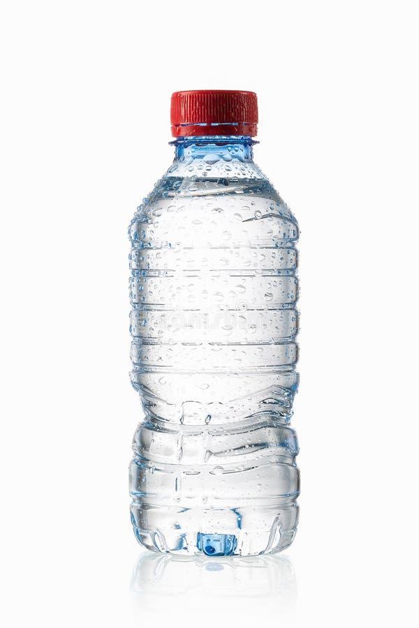 Acqua Piccola bottiglia di acqua di plastica con le gocce di acqua sulla parte posteriore di bianco fotografie stock libere da diritti