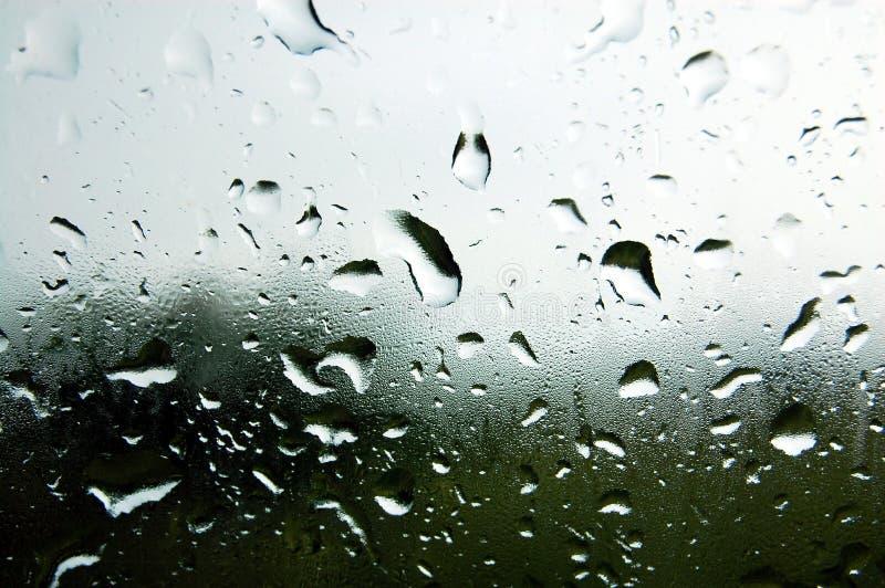 Acqua piovana sulla finestra immagini stock libere da diritti
