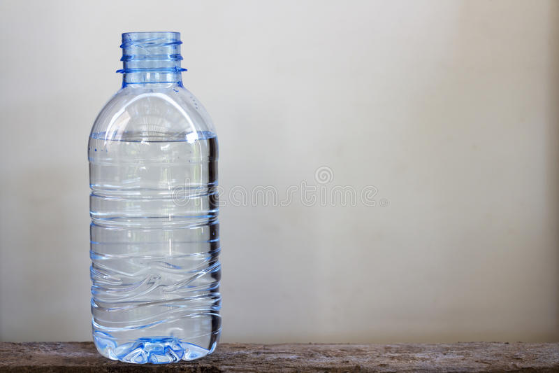 Acqua potabile in bottiglie di plastica immagine stock
