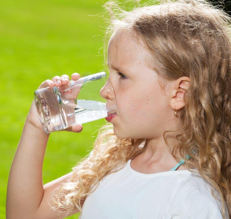 Acqua potabile del bambino felice immagine stock libera da diritti