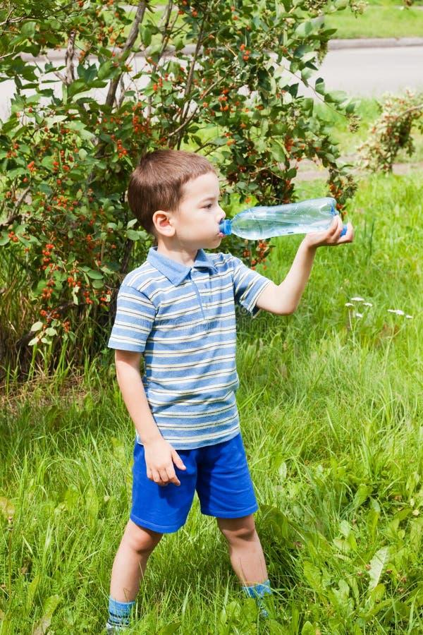 Acqua potabile del bambino in natura fotografie stock libere da diritti