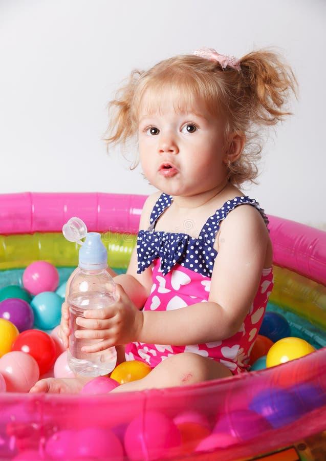 Acqua potabile del bambino sveglio nello stagno fotografia stock libera da diritti