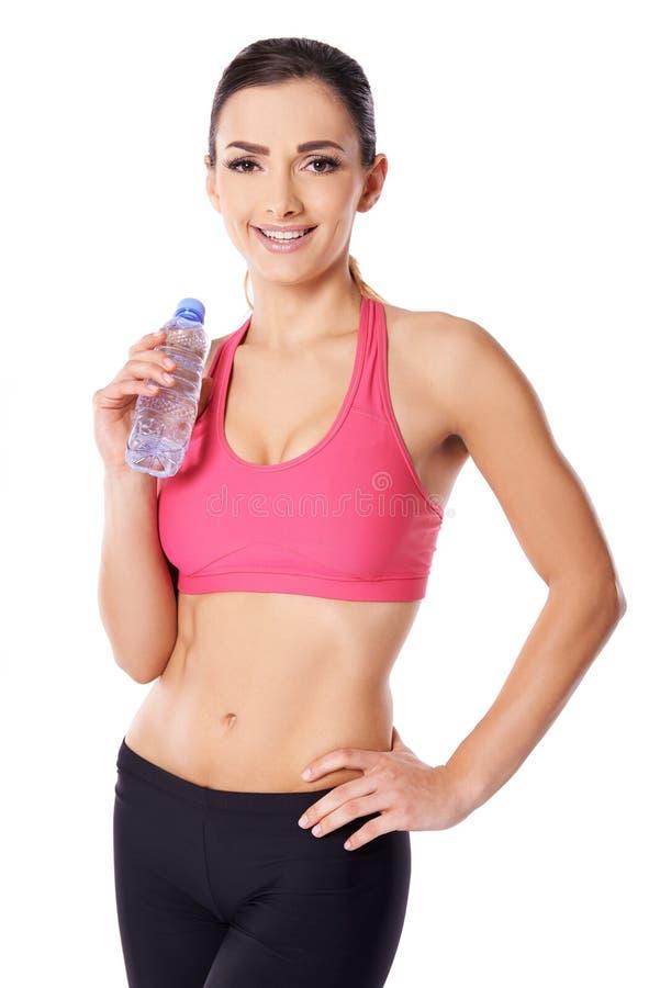 Acqua potabile del bello atleta femminile fotografia stock