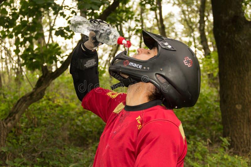 Acqua potabile del cavaliere del mountain bike fotografia stock libera da diritti