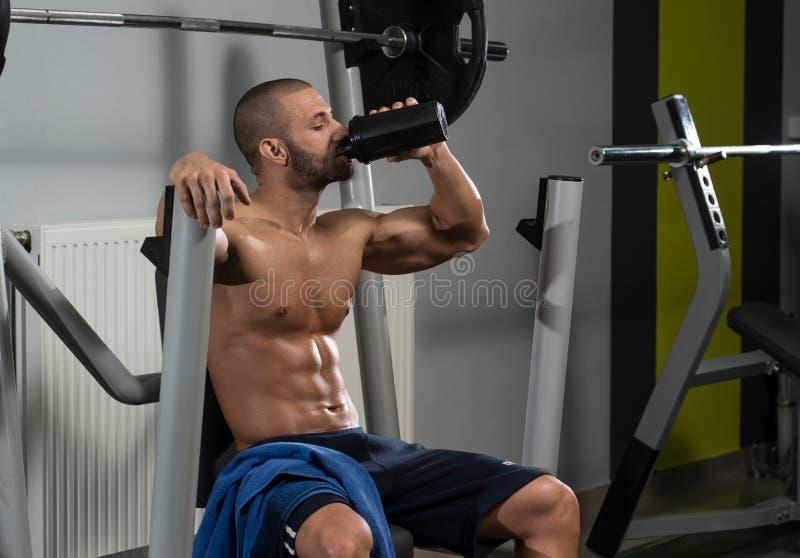 Download Acqua Potabile Del Culturista Dall'agitatore Fotografia Stock - Immagine di bodybuilder, muscoli: 55353924