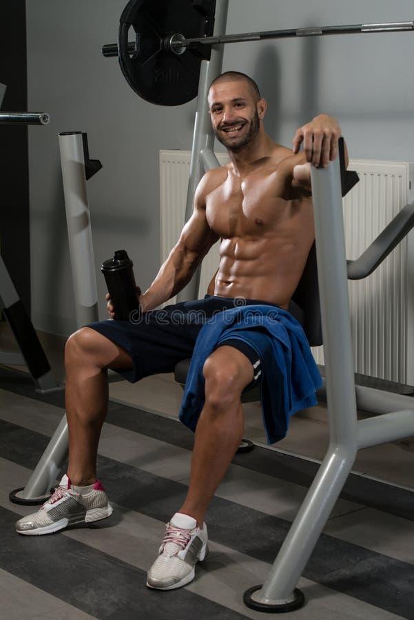 Download Acqua Potabile Del Giovane Dalla Bottiglia Immagine Stock - Immagine di configurazione, bodybuilder: 55354025