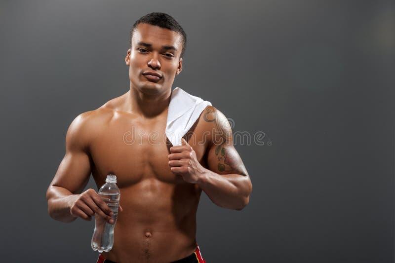 Acqua potabile del giovane sportivo di Africana dopo fotografie stock libere da diritti