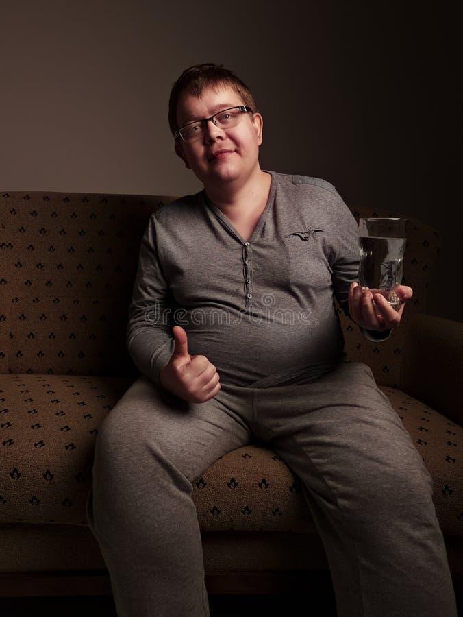 Acqua potabile dell'uomo di peso eccessivo fotografia stock