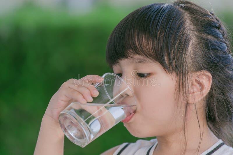 Acqua potabile della bambina fotografie stock
