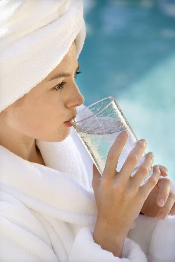 Acqua potabile della donna. immagini stock