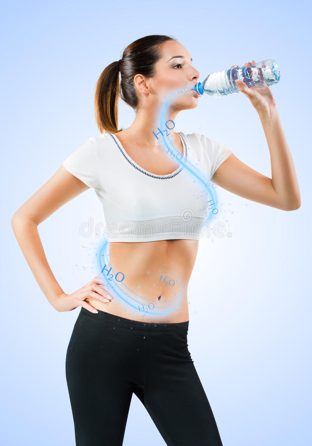 Acqua potabile della giovane donna adatta fotografia stock