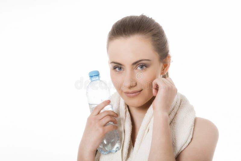 Acqua potabile della giovane donna sportiva fotografia stock