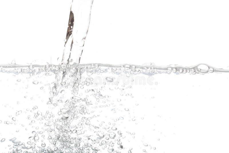 Acqua potabile di versamento con l'aria della bolla isolata su bianco fotografia stock libera da diritti