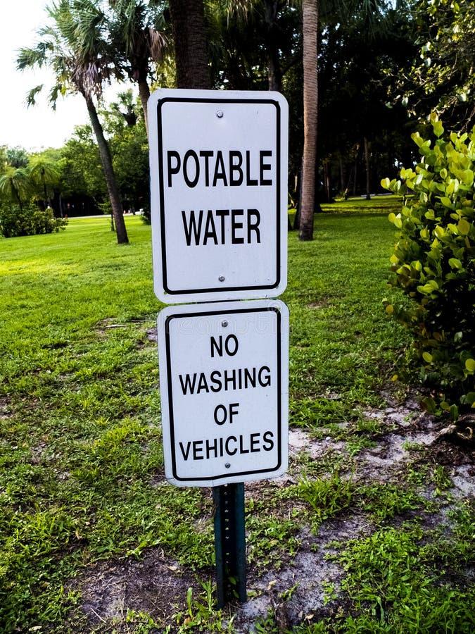 Acqua potabile nessun lavaggio del segno del metallo dei veicoli immagine stock libera da diritti