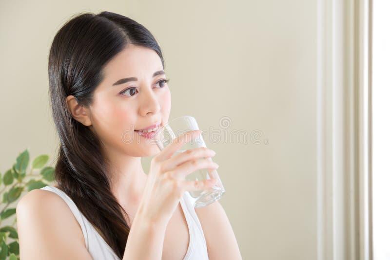 Acqua potabile sorridente della donna con lo stile di vita sano fotografie stock