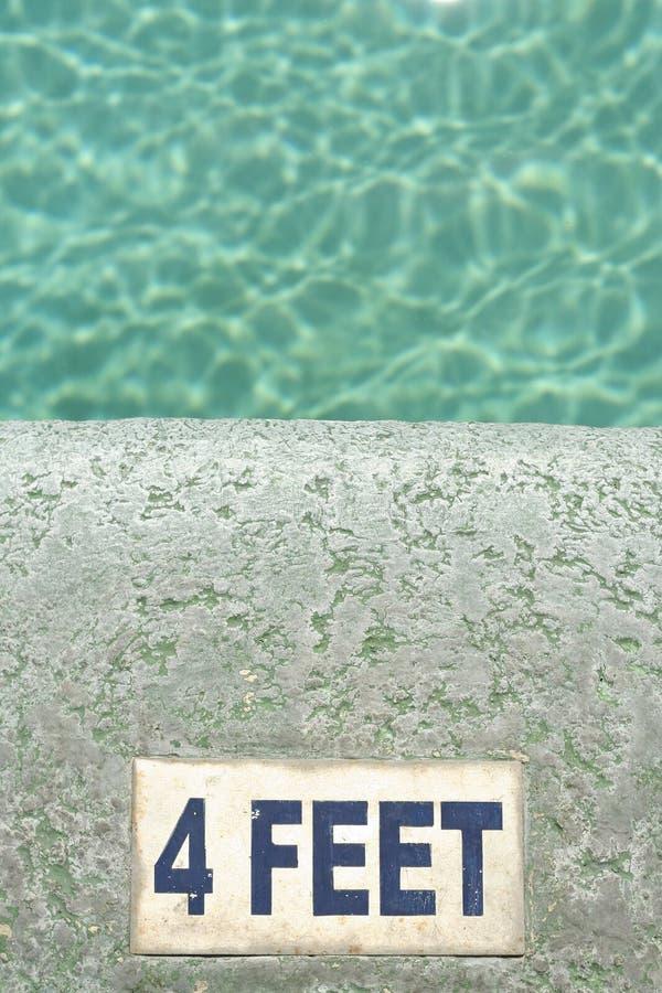 Acqua quattro piedi di priorità bassa profonda della piscina immagini stock libere da diritti