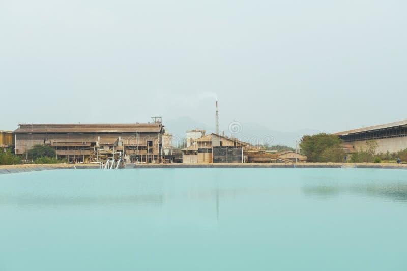 Acqua riciclata sul fondo della fabbrica di estrazione mineraria immagine stock