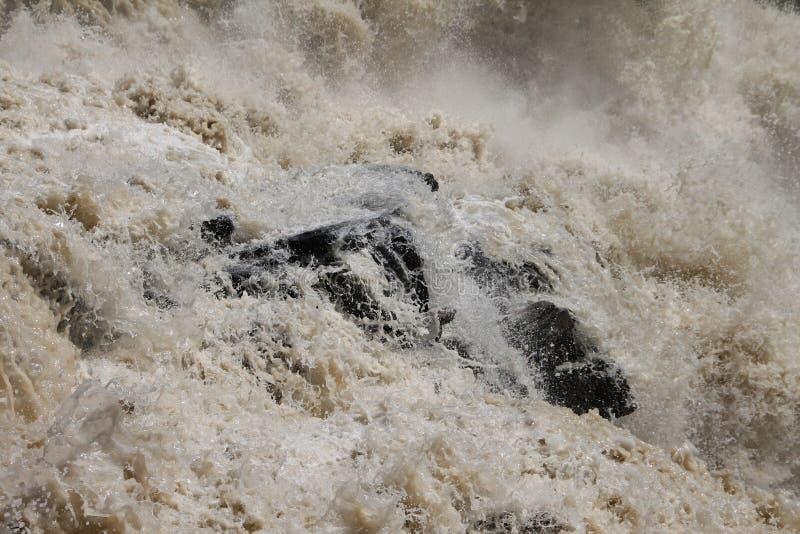 Acqua selvaggia sopra le rocce in cascata fotografie stock