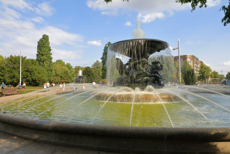 Acqua silenziosa Stille Wasser Brunnen ed onde tempestose Stürmische Wogen Brunnen delle fontane gemellate nella parte anteriore, fotografie stock libere da diritti
