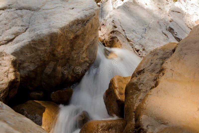 Acqua spumata che corre fra le pietre in canyon immagine stock libera da diritti